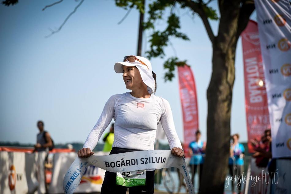Bogárdi Szilvia SiS termékek segítségével nyerte meg 2018-ban az Ultrabalaton női versenyét egyéniben! © Gesztenye Fotó